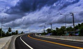 Die neue Straße und die Braut über der Eisenbahn in der Landschaft von Thailand Lizenzfreies Stockfoto