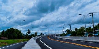 Die neue Straße und die Braut über der Eisenbahn in der Landschaft von Thailand Lizenzfreie Stockfotografie