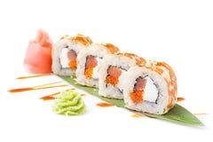 Die neuen Sushirollen mit Thunfisch und zartem Quark ausgebreitet auf einer Banane treiben Blätter Getrennt Sushi-Rolle auf einem Lizenzfreie Stockfotos