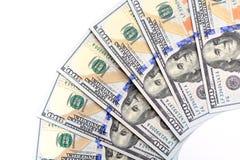 Die neuen US-hundertdollar-Rechnungen, gefaltet wie ein Fan, setzten sich in circu Lizenzfreie Stockfotos