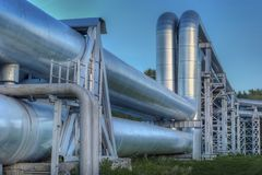 Die neueste Ausrüstung des Ölraffinierens Nahaufnahme von industriellen Rohrleitungen einer Erdölraffinerieanlage Stockfotografie