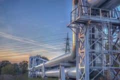 Die neueste Ausrüstung des Ölraffinierens Nahaufnahme von industriellen Rohrleitungen einer Erdölraffinerieanlage Lizenzfreie Stockfotografie