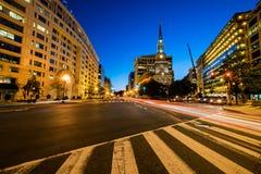 Die New- Yorkalleen-Presbyterianische Kirche in DC, nachts mit Lig stockbild