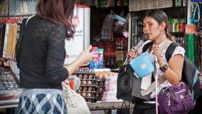 Die nicht identifizierte blinde Frau, die für singt, spenden Geld Stockbild