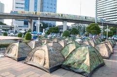 Die nicht identifizierten thailändischen Protestierender der kampierenden Zelte für Antiregierung stockfoto