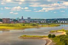 Die niederländische Stadt von Arnhem mit dem Nederrijn in der Front Stockbilder