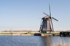 Die Niederlande, niederländische Windmühlen gestalten bei Kinderdijk nahe Rotterdam, eine UNESCO-Welterbestätte landschaftlich Lizenzfreie Stockfotos