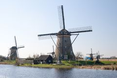 Die Niederlande, niederländische Windmühlen gestalten bei Kinderdijk nahe Rotterdam, eine UNESCO-Welterbestätte landschaftlich Lizenzfreies Stockfoto