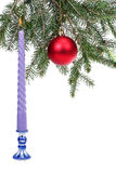 Die Niederlassung der gezierten Christbaumkugel, eine Kerze Stockbild