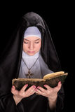 Die Nonne las das alte Buch Lizenzfreies Stockfoto