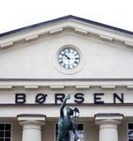 Die norwegische Börse mit Statue Stockfoto