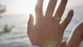 Die Note der Liebhaber Hand in Hand stock video