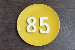 Die Nr. fünfundachzig auf der gelben Platte Stockfoto