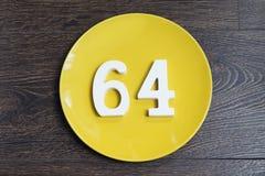 Die Nr. vierundsechzig auf der gelben Platte Lizenzfreies Stockbild