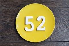Die Nr. zweiundfünfzig auf der gelben Platte Stockfoto