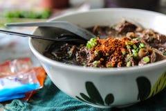 die Nudel mit Schweinblut-Fertigsuppe mit Schweinefleisch und Gemüse Lizenzfreies Stockfoto
