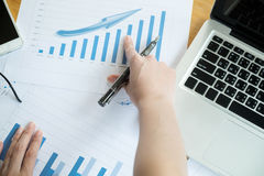 Die oben genannte Ansicht von Geschäftstreffen dicuss Finanzdaten Stockbild