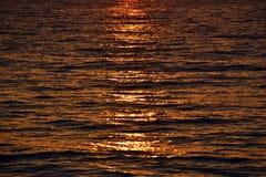 Die Oberfläche des Wassers bei Sonnenuntergang lizenzfreies stockfoto