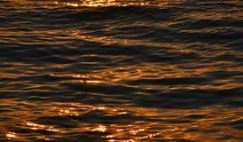 Die Oberfläche des Wassers bei Sonnenuntergang stockfotos