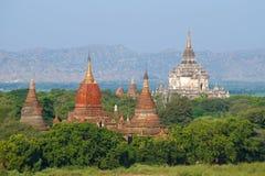 Die Oberteile alte buddhistische Tempel an einem sonnigen Nachmittag Bagan, Myanmar Lizenzfreies Stockbild