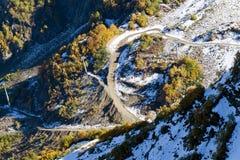 Die Oberteile der Berge bedeckt mit Schnee Die Steigungen sind thic Lizenzfreies Stockfoto