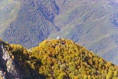 Die Oberteile der Berge bedeckt mit Schnee Die Steigungen sind thic Stockfotos