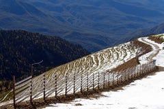 Die Oberteile der Berge bedeckt mit Schnee Die Steigungen sind thic Stockbilder