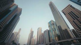 Die Oberteile der Wolkenkratzer und des Himmels Dubai, Arabische Emirate stock video footage