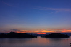 Die Ocean See Verdammung mit bewölktem und Sonnenlicht am Abend, timelapse Szene Lizenzfreie Stockfotos