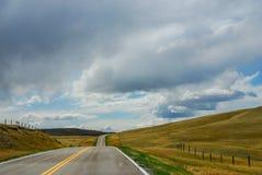 Die offene Straße im großen Himmelland stockbild