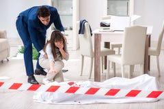 Die Opferfrau an der Szene auf Mord stockbilder