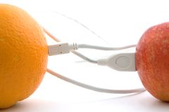Die Orange und der Apfel werden durch einen Seilzug angeschlossen Stockfotografie