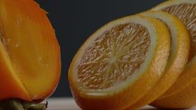Die Orange wird in Kreise geschnitten, liegen orange Kreise nacheinander, bewegt sich das Bild von rechts nach links und wir könn stock video footage