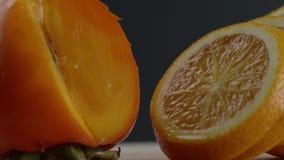 Die Orange wird in Kreise geschnitten, liegen orange Kreise nacheinander, bewegt sich das Bild von rechts nach links und wir k?nn stock video footage