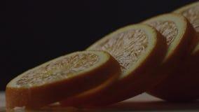 Die Orange wird in Kreise geschnitten, liegen orange Kreise nacheinander, holt Hand ein St?ck der Orange und setzt es auf stock video footage