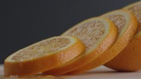 Die Orange wird in Kreise, orange Kreise liegen nacheinander, das Licht ist Änderungen geschnitten stock video