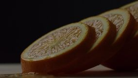 Die Orange wird in Kreise, orange Kreise liegen nacheinander, Hintergrundänderungen vom Weiß in Schwarzes geschnitten stock footage
