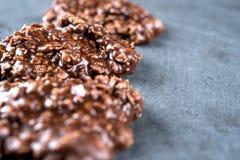 Die organische, die Erdnussbutter u. Schokolade keine sind, backen Plätzchen auf einem Steinschneidebrett Stockbild