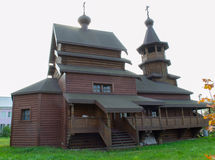 Die orthodoxe hölzerne Kirche Stockfoto