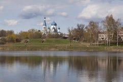 Die orthodoxe Kirche in Russland See und blauer Himmel Lizenzfreie Stockfotografie