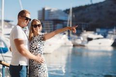Die Paare auf dem Pier nahe der Yacht tragen Stockbild