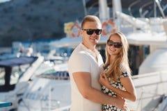 Die Paare auf dem Pier nahe der Yacht tragen Lizenzfreie Stockfotografie