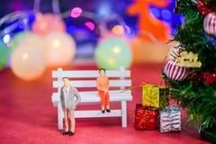 Die Paare brachen oben und fühlten sich am Weihnachtstag auf bokeh deprimiert Stockfotografie
