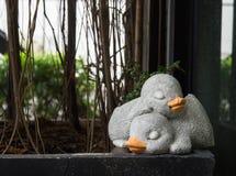 Die Paare der Schlafenente gemacht vom Zement für Dekoration Stockfoto