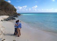 Die Paare, die auf Frys stehen, setzen in Antigua Barbuda auf den Strand Lizenzfreie Stockfotos