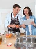 Die Paare, die Frucht kochen, blockieren zu Hause Lizenzfreie Stockbilder