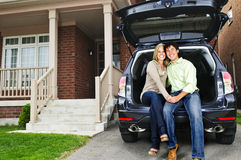 Die Paare, die innen sitzen, ziehen sich vom Auto zurück Stockfotografie