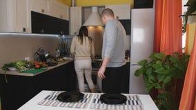 Die Paare dienten zusammen Tabelle für Familienabendessen Das Paar vereinbart Tischbesteck und warme Essen auf dem Tisch stock video