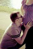 Die Paare in Erwartung des Babys, der fünfte Monat von pregn Stockbild