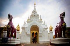 Die Paare gingen zur Tür von Wat Phra That Hariphunchai E lizenzfreies stockfoto